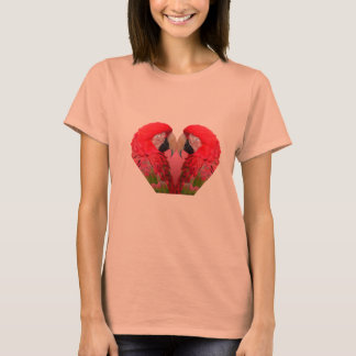 Heller Papagei oder Macaw in Rotem, in Grünem u. T-Shirt