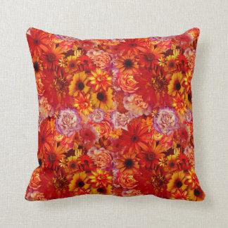 Heller Rojo mit Blumenblumenstrauß-reiche glühende Kissen