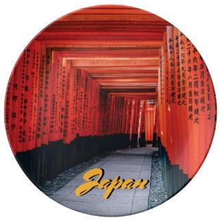 Heller roter shintoistischer Tempel Japans Teller