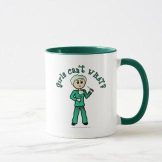 Heller weiblicher Chirurg im Grün scheuert sich Tasse