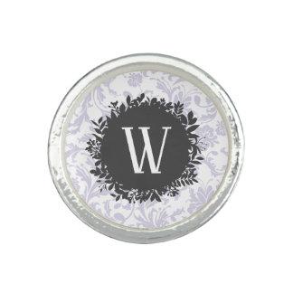 Hellgraues Blumentapeten-Muster mit Monogramm Ring