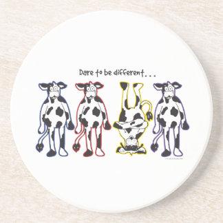 Herausforderung, zum verschiedene Kühe zu sein Getränkeuntersetzer