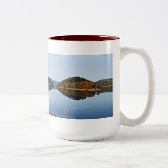 Herbst an der Aggertalsperre Zweifarbige Tasse