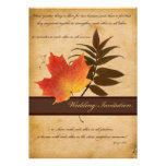 Herbst-Blätter auf gealterter Papierhochzeits-Einl Einladungen