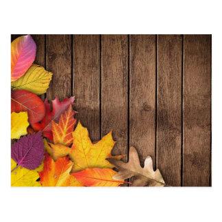 Herbst-Blätter auf hölzernem Hintergrund Postkarte