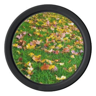Herbst-Blätter im grünen Gras Pokerchips