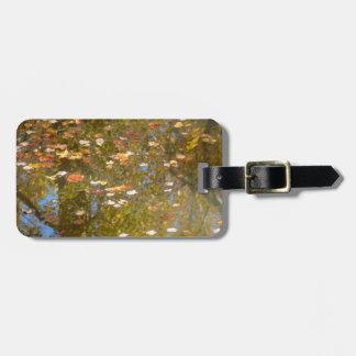 Herbst-Blätter-und Strom-Reflexion am Greenbelt Kofferanhänger
