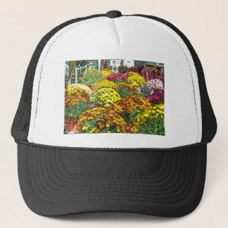 Herbst-Blumen in den Töpfen Truckerkappe