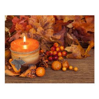 Herbst-Kerze über hölzernem Hintergrund Postkarten