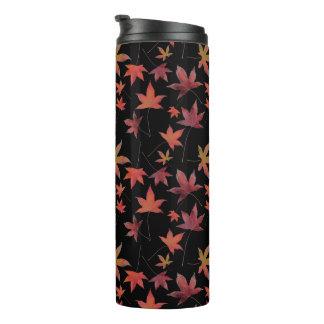 Herbst-Tot-Blätter über Schwarzem Thermosbecher