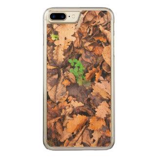 Herbst-trockenes Blätter und grüner Klee Carved iPhone 8 Plus/7 Plus Hülle