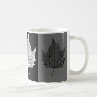 Herbst verlässt Schwarzweiss-Tasse Kaffeetasse