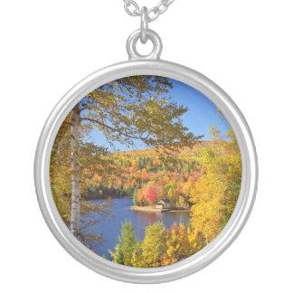 Herbstbaumlandschaft, Maine Versilberte Kette