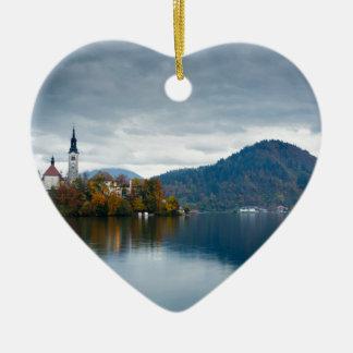 Herbstfarben in dem See geblutet Keramik Herz-Ornament