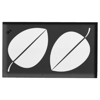 Herbstlaub im schwarzen Tabellen-Karten-Stand