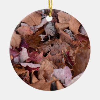 Herbstlaub in den rauchigen Bergen Rundes Keramik Ornament