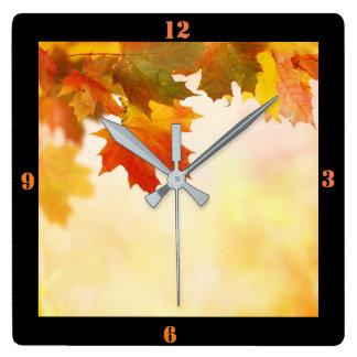 Herbstlaub Quadratische Wanduhr