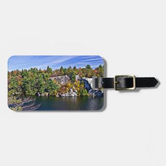 Herbstlaub um See Minnewaska Kofferanhänger