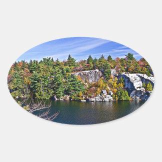 Herbstlaub um See Minnewaska Ovaler Aufkleber