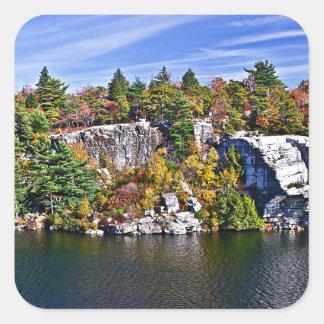 Herbstlaub um See Minnewaska Quadratischer Aufkleber