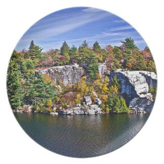 Herbstlaub um See Minnewaska Teller
