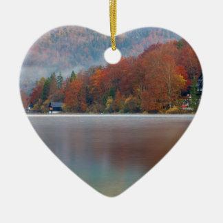 Herbstmorgen über See Bohinj Keramik Herz-Ornament