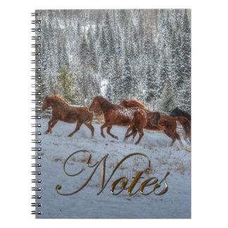 Herde der Pferde, die in Winter-Schnee laufen Spiral Notizblock