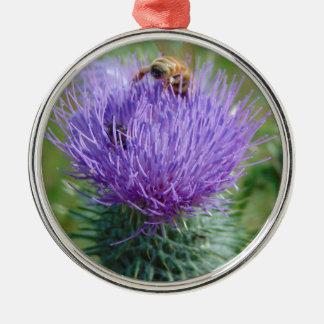 Herein tauchen rundes silberfarbenes ornament