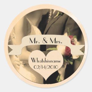 Herr und Frau Wedding mit Namen und Datum im Sepia Runder Aufkleber
