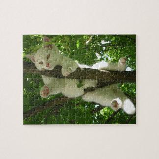 Herrliche weiße Katze, die heraus im Baum hängt Puzzle