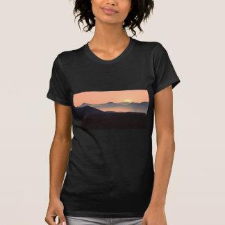 Herrlicher bunter nebelhafter Gebirgssonnenaufgang T-Shirt