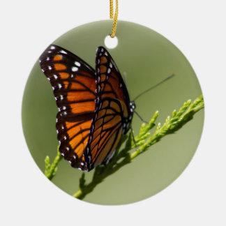 Herrlicher Monarchfalter auf grünem Hintergrund Keramik Ornament