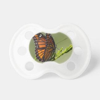 Herrlicher Monarchfalter auf grünem Hintergrund Schnuller
