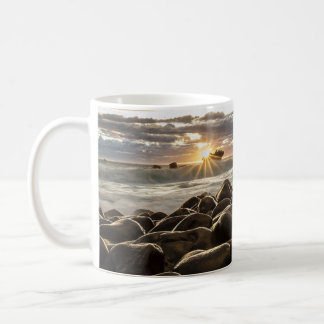 Herrlicher Sonnenuntergang des Ozeans u. felsigen Kaffeetasse