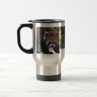 Herumstreichender roter Panda Reisebecher