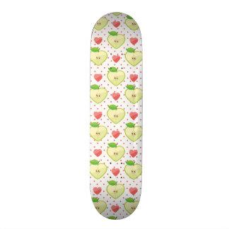 Herz-Äpfel mit rosa Tupfen und Herzen Personalisiertes Skateboarddeck