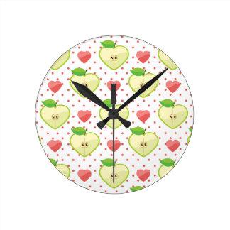 Herz-Äpfel mit rosa Tupfen und Herzen Uhr