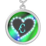 Herz auf Regenbogen mit Buchstabe C Halskette Mit Rundem Anhänger