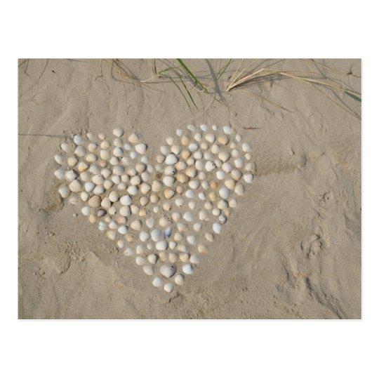 Herz aus Muscheln am Strand Postkarte