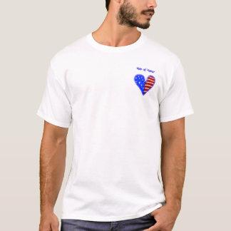 Herz der amerikanischen Flagge fertigte Mann des T-Shirt