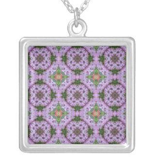 Herz der Waldgänseblümchen-Mandala-Halskette Versilberte Kette