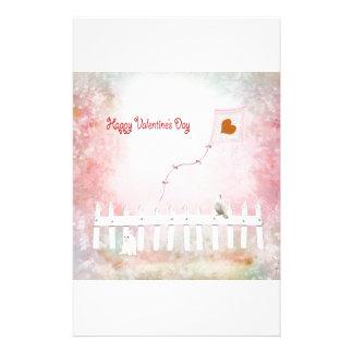 Herz-Drachen-Fliegen, weißes Kätzchen, weißer Briefpapier
