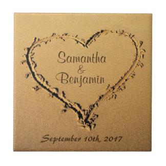 Herz im Sand Save the Date, der Namen Wedding ist Kleine Quadratische Fliese