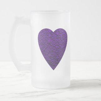 Herz in den lila Farben. Gemusterter Herz-Entwurf Mattglas Bierglas