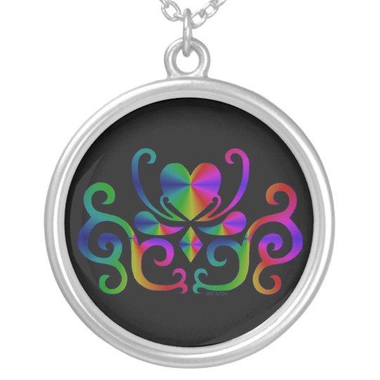 Herz mit Ornament - Regenbogen auf schwarz Versilberte Kette