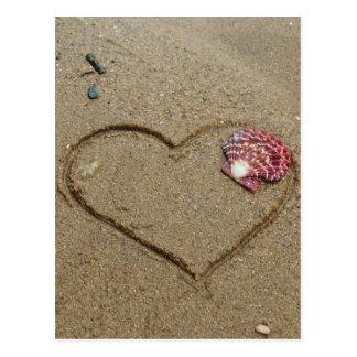Herz und Muschel auf Strand Postkarte