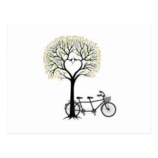 Herzbaum mit Vögeln und Tandemfahrrad Postkarte