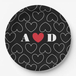 Herzen des Liebe-Musters mit Paar-Initialen Pappteller