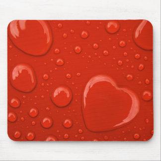 Herzwassertropfen auf rotem Hintergrund Mousepad