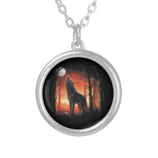 Heulenwolf an der Sonnenuntergang-Halskette Versilberte Kette